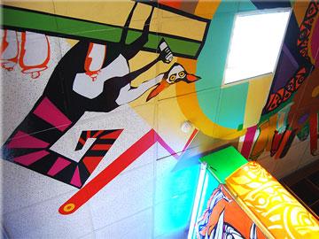Декоративное оформление потолка, стен и оборудования в магазине красок